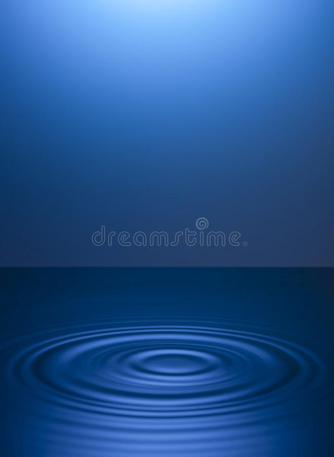 Okr?gi na wodzie od kropel niebieska t?a ilustracji
