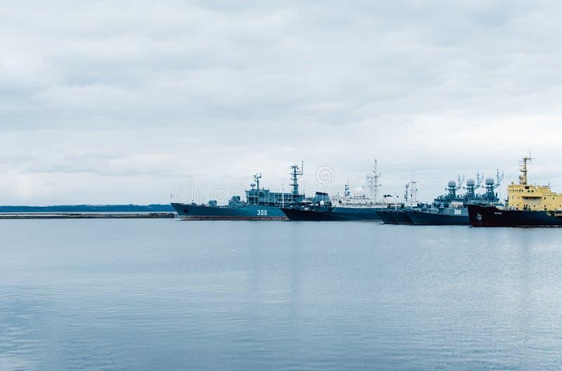 Okr?ty wojenni stoj? w zatoce Rosja, Kronstadt obraz stock