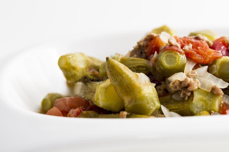 Okra σαλάτα με τα κρεμμύδια και τον κιμά στοκ φωτογραφία