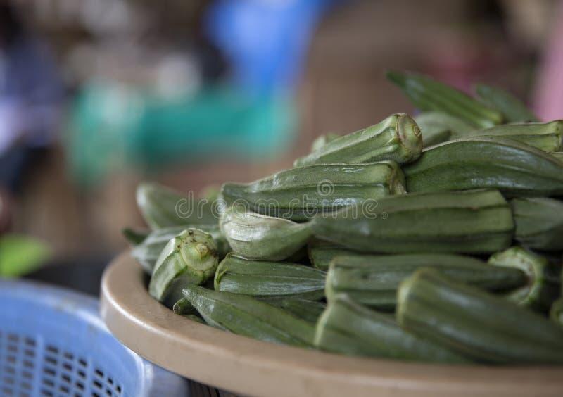 Okra in mand van de Markt van Ghana stock foto's