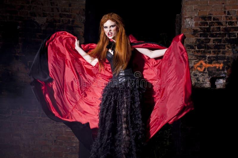 Okropna wampir kobieta w czerwonej pelerynie obrazy stock