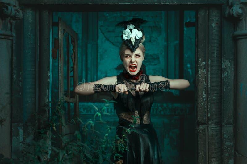 Okropni kobieta stojaki w wrzaskach i crypt zdjęcia royalty free