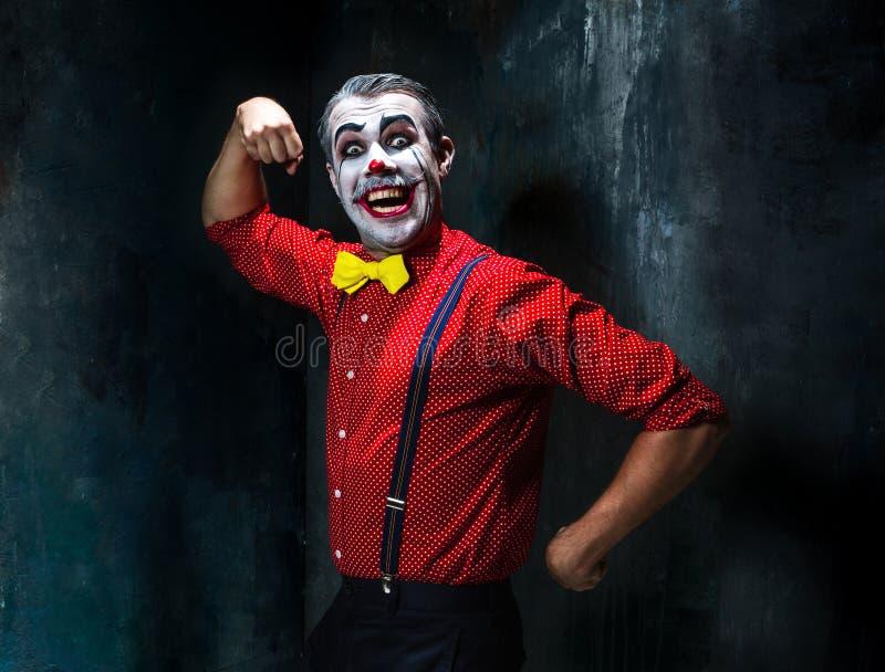 Okropny błazen i Halloween temat: Szalony czerwony błazen w koszula z suspenders obraz royalty free