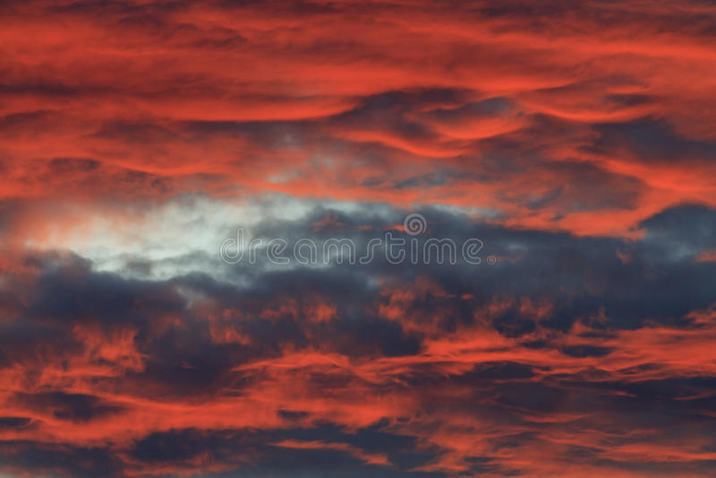 Okropny czerwony zmierzch i chmury zdjęcie stock
