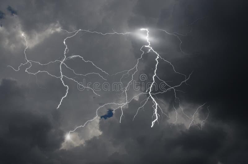 Okropny piorun w czarnych dżdżystych chmurach obrazy stock