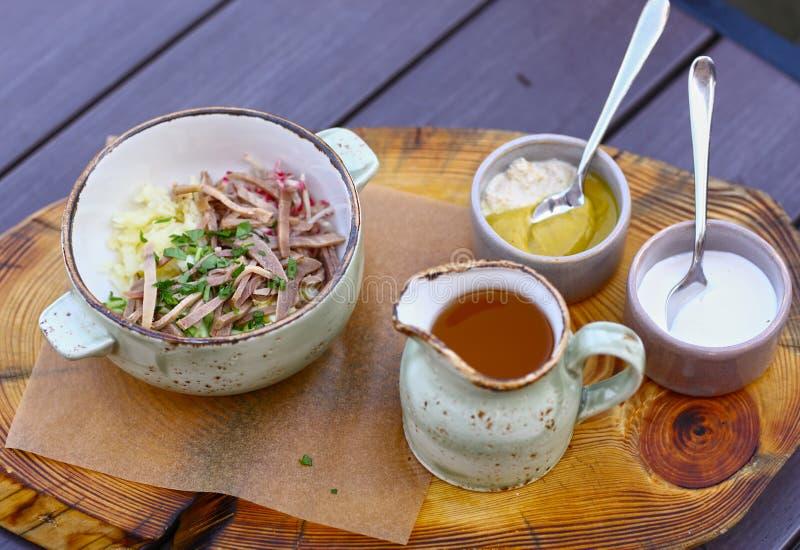 Okroshka froid de soupe à cuisine russe photo libre de droits