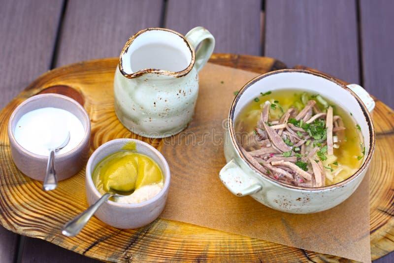 Okroshka froid de soupe à cuisine russe image libre de droits