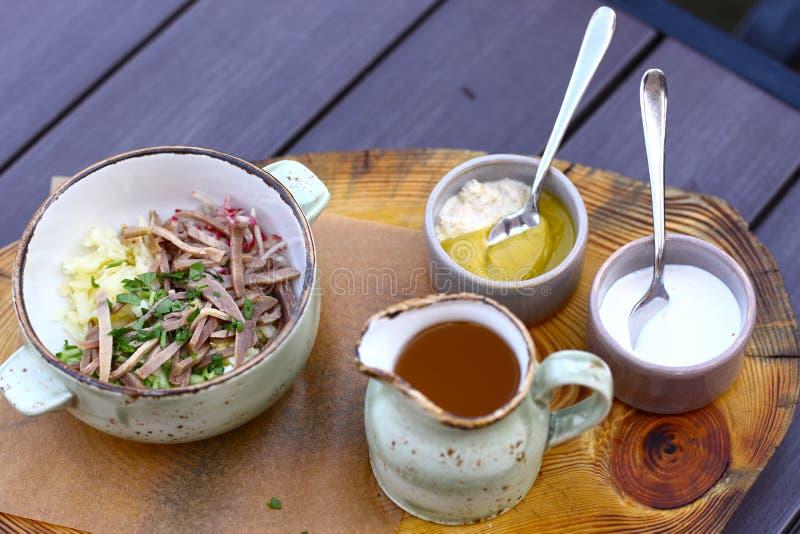 Okroshka froid de soupe à cuisine russe photos stock