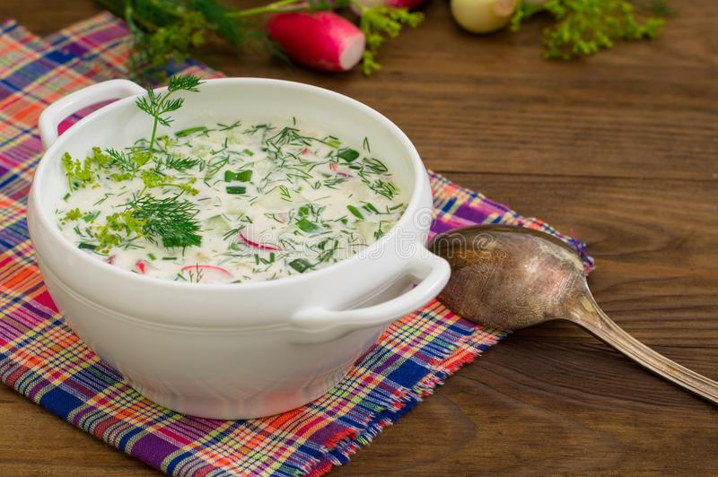 Okroshka Helle kalte Jogurtsuppe des Sommers mit Gurke, Rettich, Eiern und Dill auf einem Holztisch Hölzerner Hintergrund Nahaufn lizenzfreies stockbild