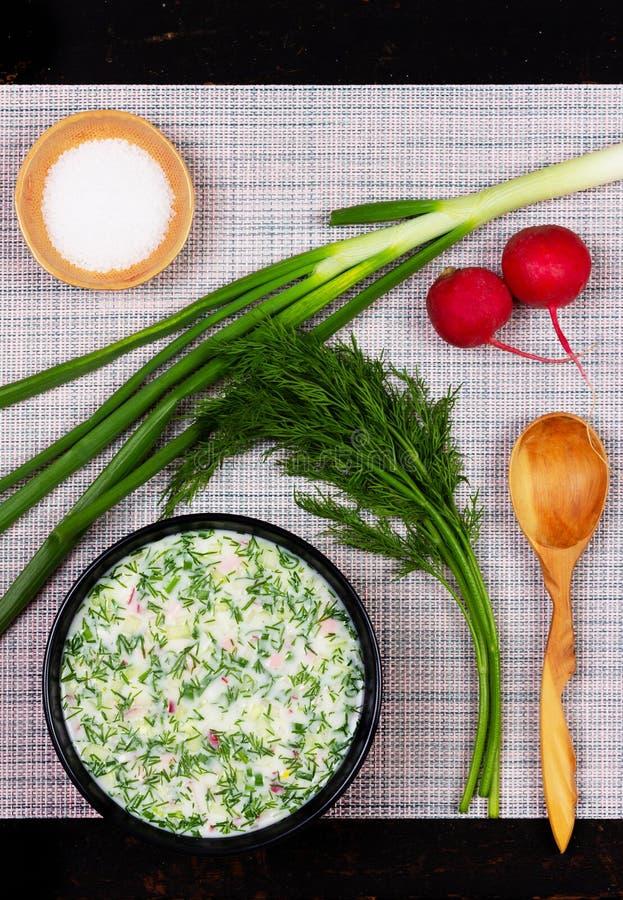 Okroshka russo della minestra di freddo di estate dai verdi, dalle verdure, dal kvas e dal kefir sulla tavola, vista superiore, fotografie stock