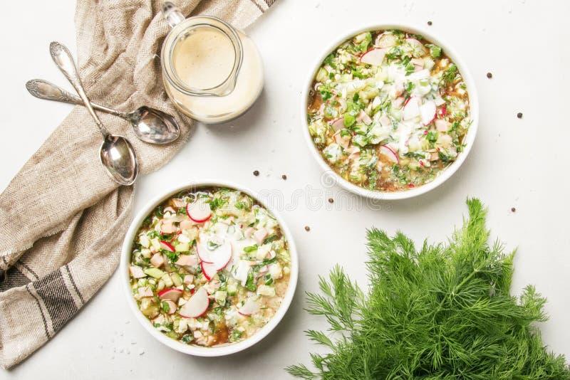 Okroshka - traditionelle russische kalte Sommersuppe mit Gemüse, stockbild