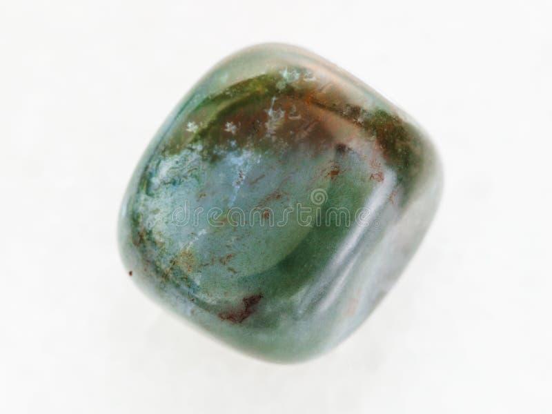 okrzesany Bloodstone gemstone na bielu (heliotrop) zdjęcia royalty free