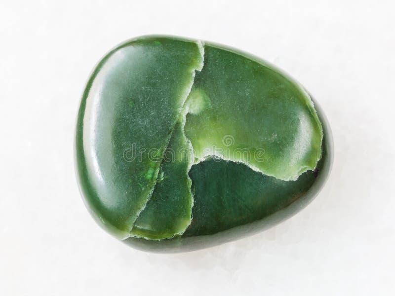 okrzesany zielony nefrytu gemstone na bielu marmurze obrazy royalty free