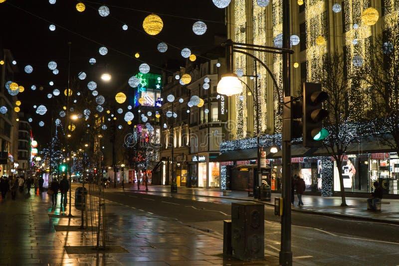 Oksfordzki Uliczny zakupy okręg w Londyn na drugiego dnia świąt bożego narodzenia ranku z bożonarodzeniowe światła i dekoracjami obraz royalty free