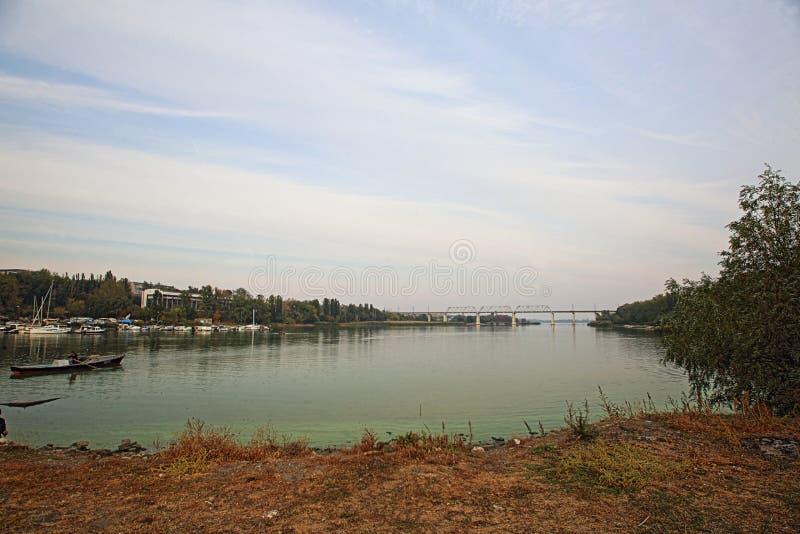 Oktober afton på floden arkivbild
