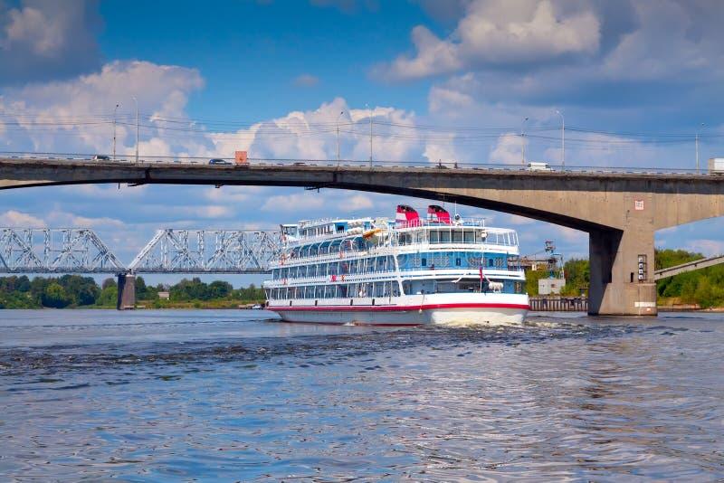 Download Oktober bro i Yaroslavl fotografering för bildbyråer. Bild av flod - 27279151
