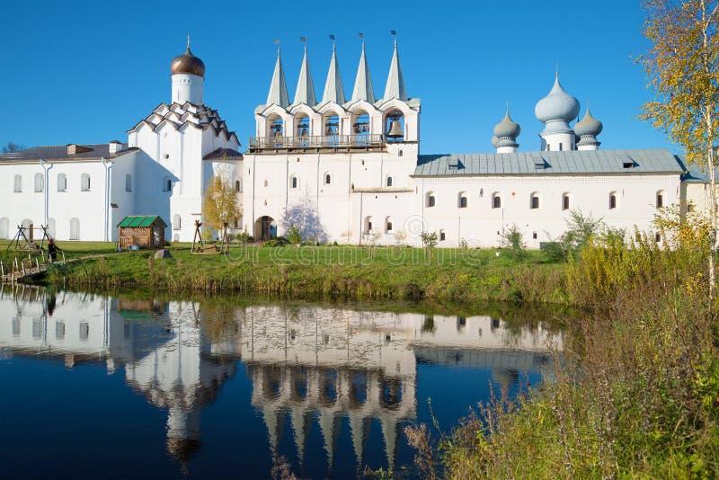 Oktober dag i klosterdammet Sikt av klockatornet av den Tikhvin antagandekloster, Ryssland royaltyfria bilder