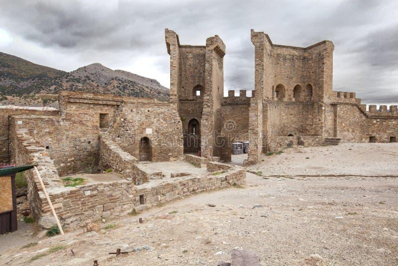 16 oktober, 2017: De toeristen bezoekt Torens en muren van de Genoese-Vesting in Sudak, museum-Reserve Sudak-vesting stock foto's
