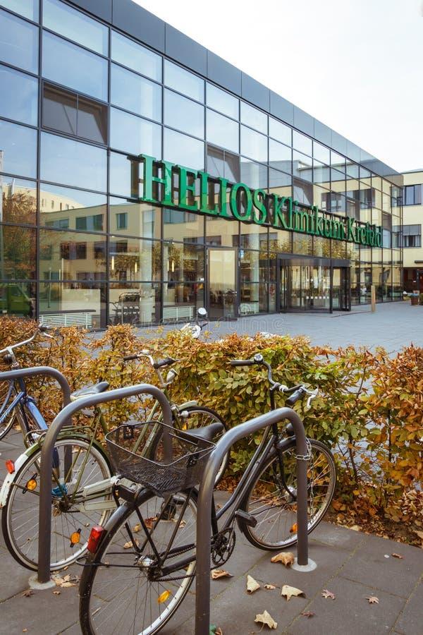 19. Oktober 2018 Deutschland Klinik Helios Krefeld Ökologisches Verkehrsmittel des Fahrrades in Europa Fahrradparken auf dem Gebi stockbilder