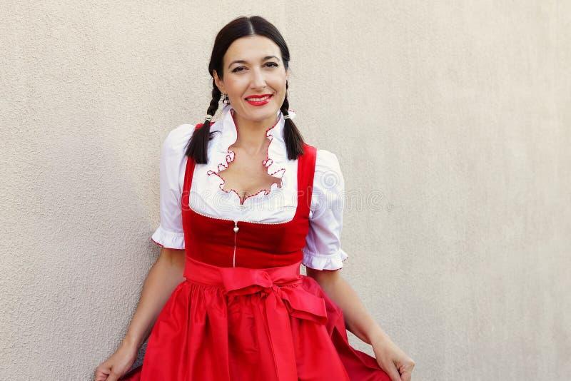Oktober festbegrepp Härlig tysk kvinna i typisk mest oktoberfest klänningdirndl royaltyfri foto