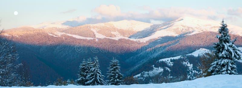 Oktober-Gebirgspanorama mit erstem Winterschnee stockbild