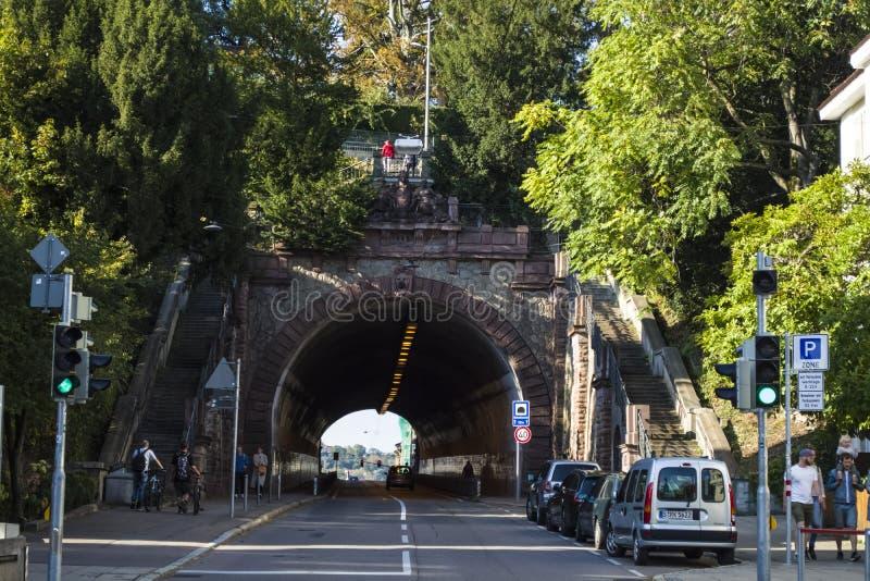Oktober 2018 germany stuttgart Rutten i en gammal del av staden Ingång till en tunnel fotografering för bildbyråer