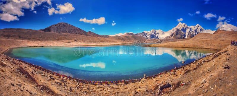 Oktober 2019, Gurudongmar sjö, norr Sikkim, Indien Turist på banken av Gurudongmar sjön under dagtiden _ arkivfoton