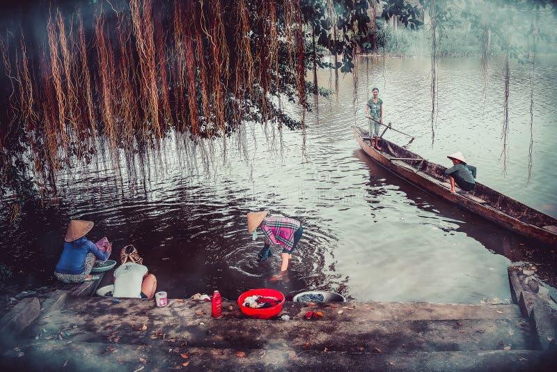 26 Oktober 2017 het leven van mensen die dichtbij Kien Giang River, Le Thuy District, Quang Binh leven De mensen gebruiken hier v royalty-vrije stock foto's