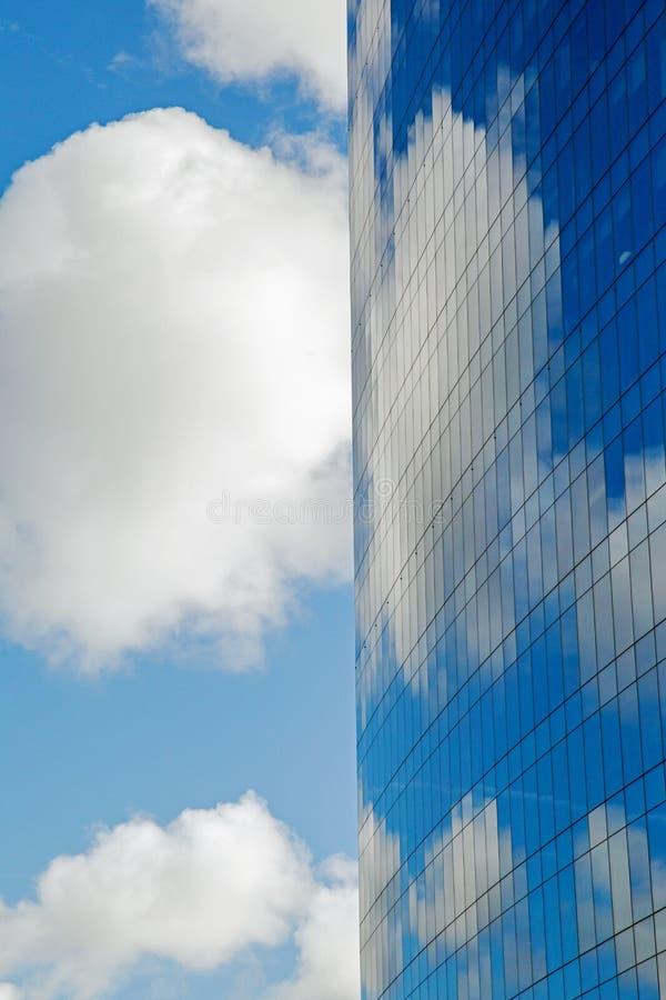 Oktober 2017, London, modern byggnad för A reflekterar en molnig blå himmel royaltyfria foton