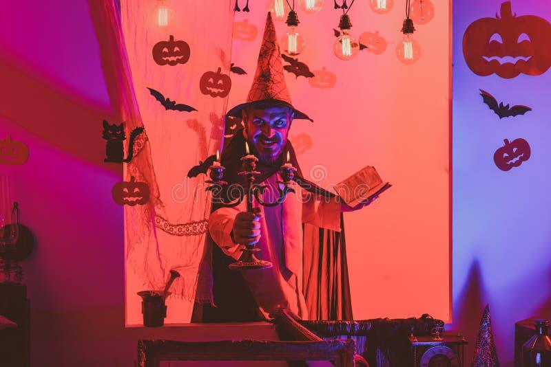 31 Oktober Maak omhooggaand en eng concept voor de mens De partij van de viering Halloween, vakantieviering Kwaad witcher met roo stock foto's