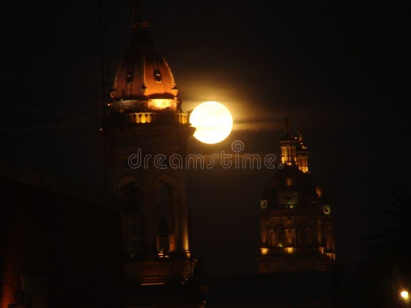 Oktober-Mond und der Turm stockfotos