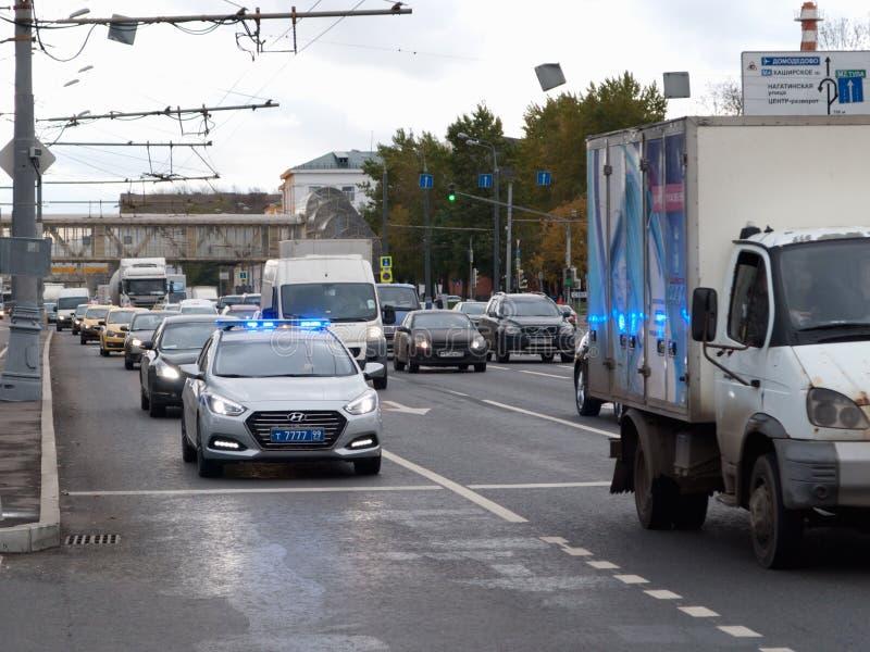 Oktober 2017, Moskou, Rusland Politiepatrouillewagen in de stroom van verkeer met de inbegrepen sirene en de stroboscoop royalty-vrije stock foto