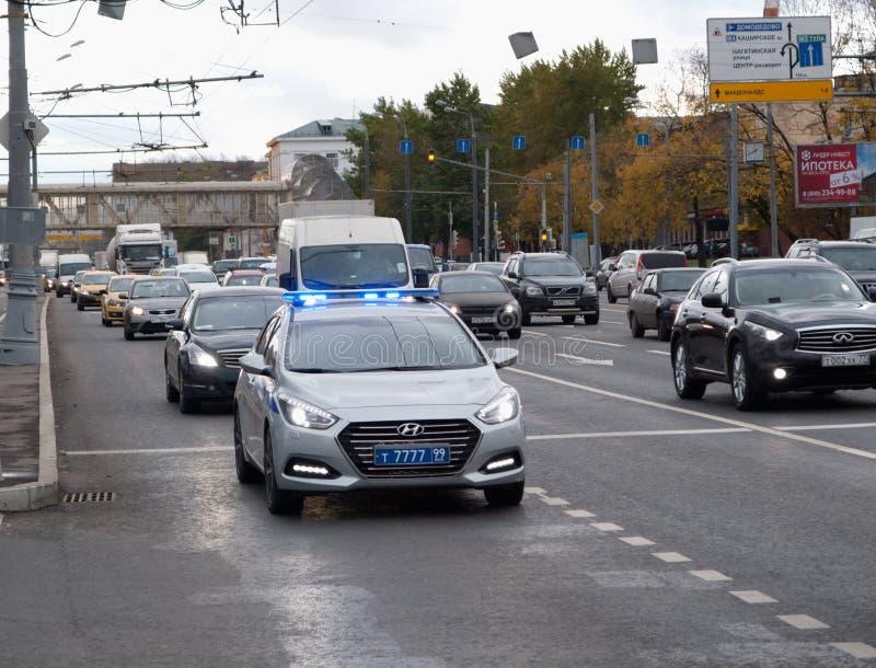 Oktober 2017, Moskou, Rusland Politiepatrouillewagen in de stroom van verkeer met de inbegrepen sirene en de stroboscoop stock afbeeldingen