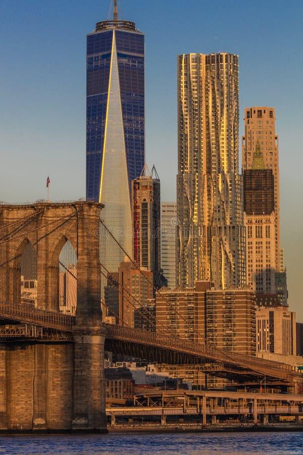 OKTOBER 24, 2016 - NEW YORK - Brooklyn bro och World Trade Center för Manhattan horisontsärdrag ett på soluppgång, NY NY - lodlin arkivbild