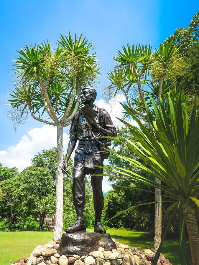 12- OKTOBER 2018, PROVINZ UTHAI THANI, THAILAND: Statue Seub Nakhasathien, thailändischer Naturschützer, Monument bei Huai Kha Kh stockfoto