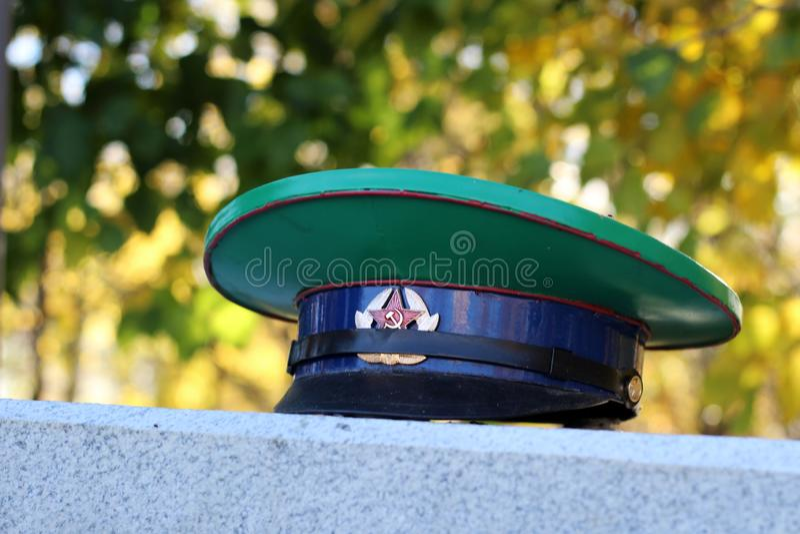 Oktober 9, 2018 Ryssland Izhevsk Den militära polisen cap för ryska anställda, en monument arkivbilder