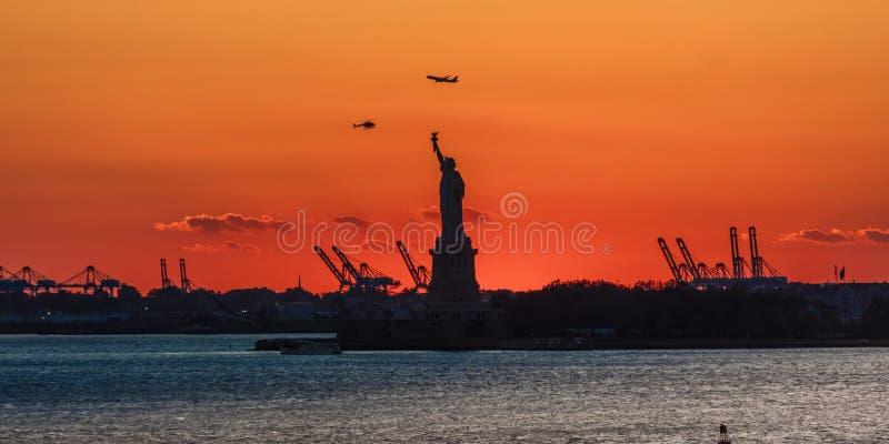 OKTOBER 23, 2016, staty av frihetsolnedgången NYC-hamn, Manhattan - som skjutas från Brooklyn i svartvitt arkivbilder