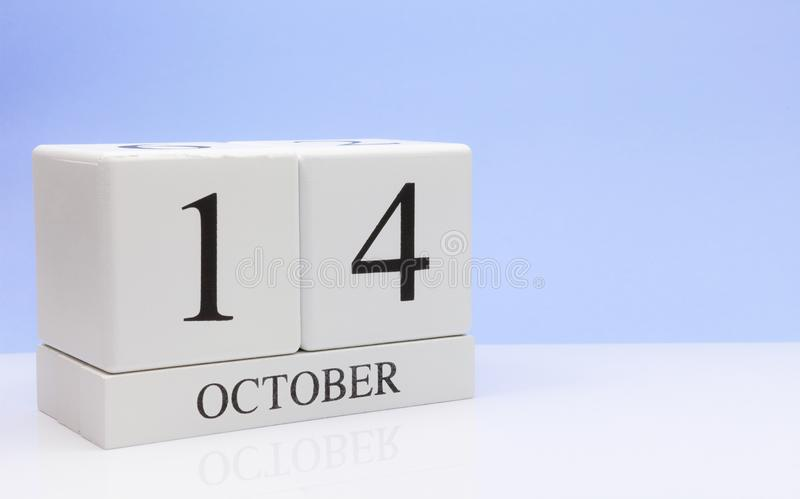 14. Oktober Tag 14 des Monats, Tagesübersicht auf weißer Tabelle mit Reflexion, mit hellblauem Hintergrund Herbstzeit, leerer Rau stockbild