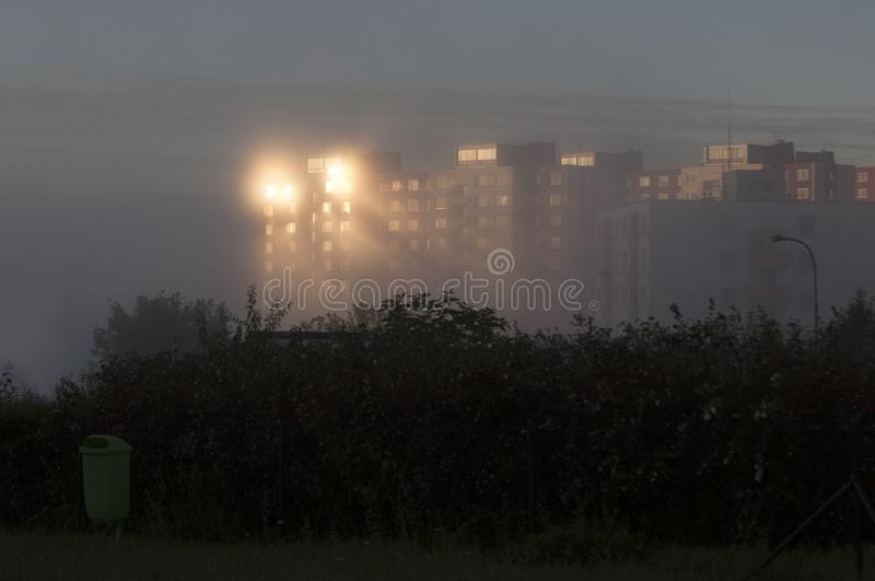 Oktober 10th 2013 Brno tjeckiskt tekniker-flerbostadshus som kastar massiv soluppgångreflexion i morgonmist arkivbild