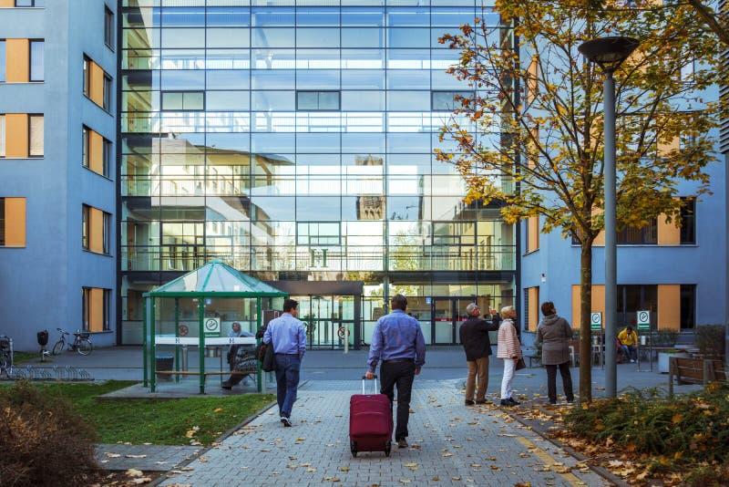 Oktober 21, 2018 Tyskland Krefeld Ingång till den Crefeld kliniken i Helios, nära staden av Dusseldorf Modernt europeiskt sjukhus arkivfoto