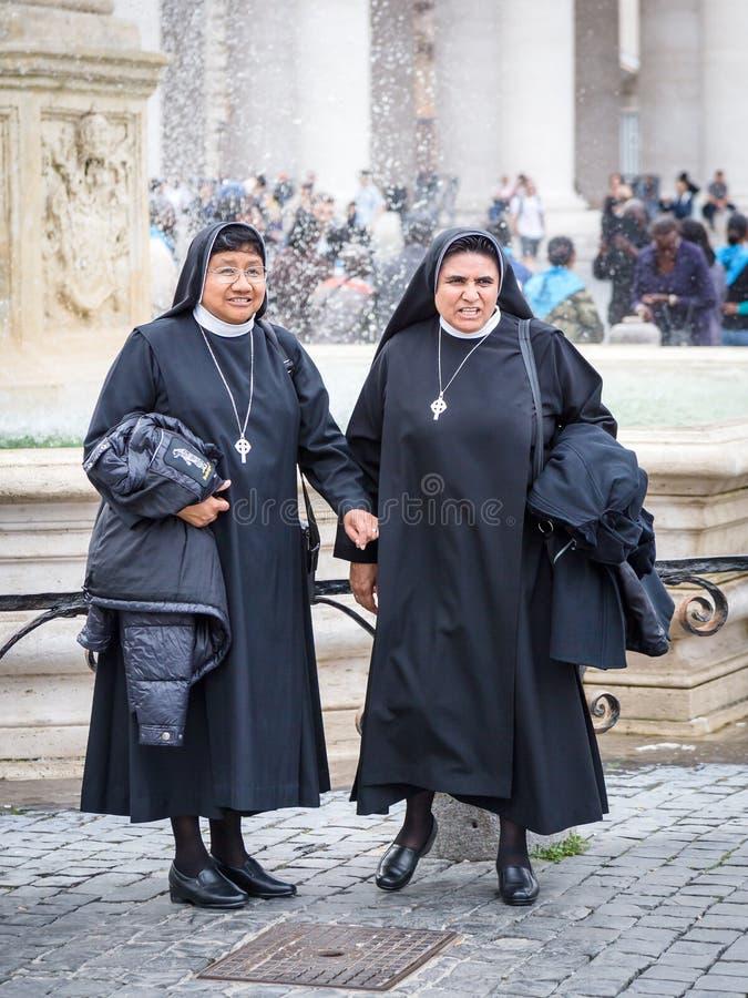 14 Oktober 2015 Vatikaan: Twee gelukkige nonnen die voor foto binnen stellen voor royalty-vrije stock afbeelding