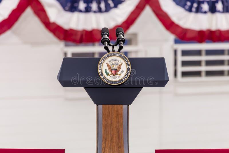 OKTOBER 13, 2016, vice presidents- skyddsremsa och tomt podium som väntar på vicepresidentet Joe Biden Speech, kulinarisk union,  arkivfoton