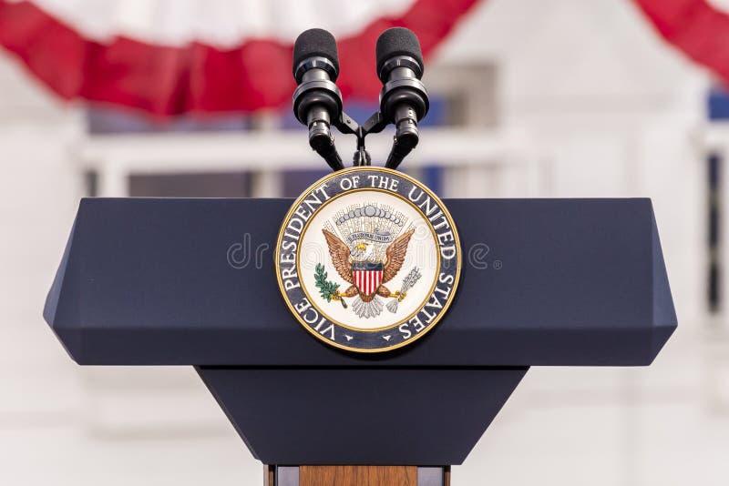 OKTOBER 13, 2016, vice presidents- skyddsremsa och tomt podium som väntar på vicepresidentet Joe Biden Speech, kulinarisk union,  royaltyfria bilder