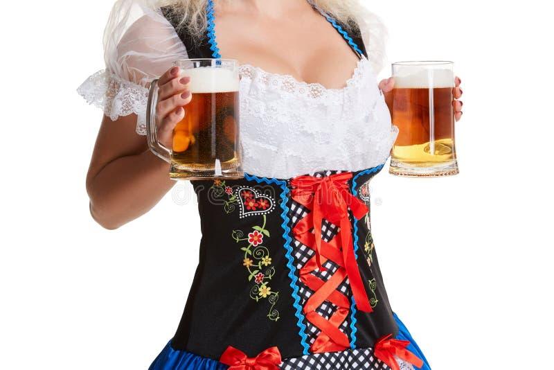 oktoberfest啤酒啤酒杯的美丽的年轻白肤金发的女孩 免版税库存图片