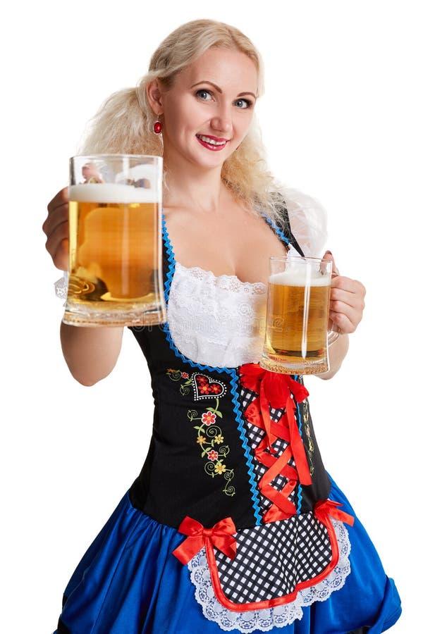 oktoberfest啤酒啤酒杯的美丽的年轻白肤金发的女孩 免版税库存照片