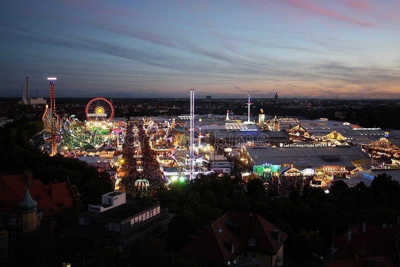 Oktoberfest视图在晚上 库存照片