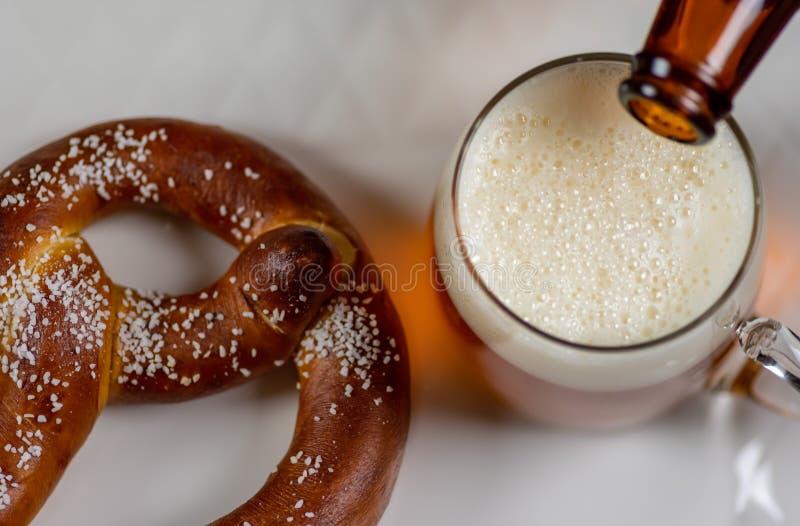Oktoberfest öl och kringla fotografering för bildbyråer