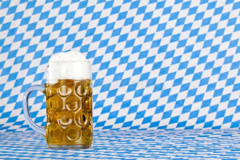 Oktoberfest Bier Stein und bayerische Markierungsfahne stockfotografie