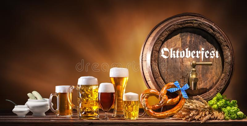 Oktoberfest-Bierfaß und Biergläser stockbilder