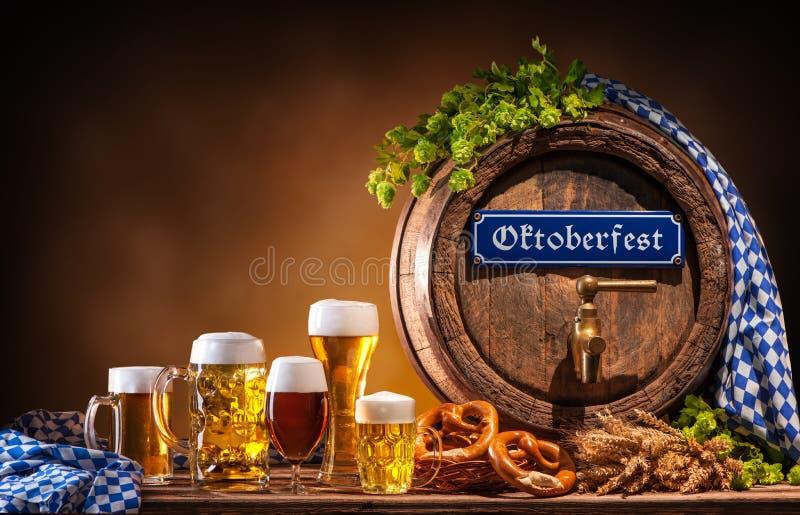 Oktoberfest-Bierfaß und Biergläser stockbild